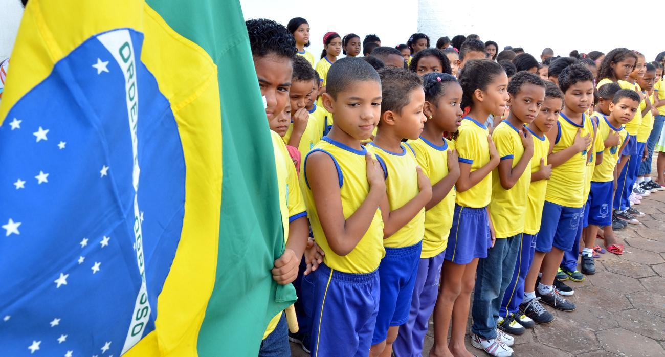 MEC pede para que escolas filmem alunos cantando o hino nacional