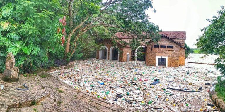 Rios Tietê e Jundiaí transbordam e espalham lixo pela cidade de Salto
