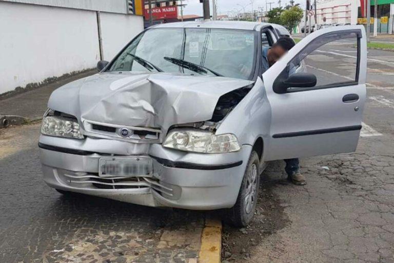 Carro é arremessado contra poste após ser atingido por ônibus em Capivari