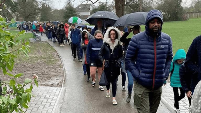 5 mil pessoas fazem fila na chuva para salvar menino com câncer