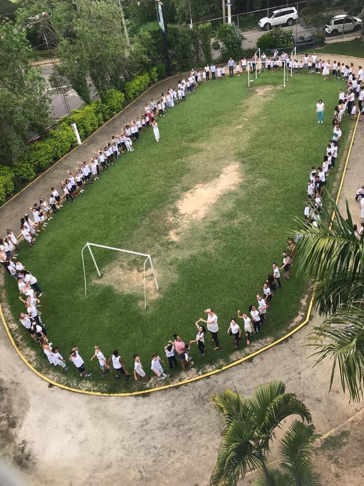Colégio EAC realiza manifesto pela paz e emociona público presente