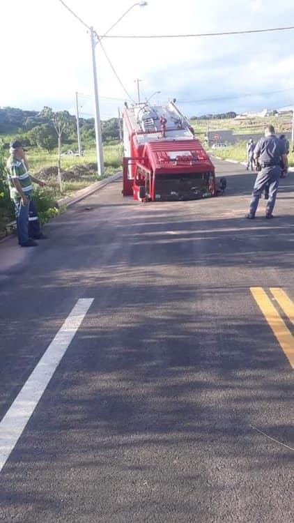 Piracicaba: caminhão do Corpo de Bombeiros cai em buraco