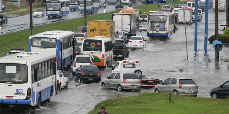 Motorista que molhar pedestre ao passar por poça d'água deve ser multado, diz Detran