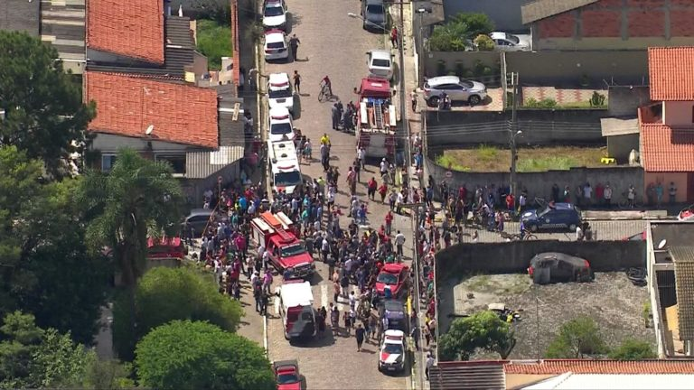 Adolescentes atiram dentro de escola e matam 6 pessoas em Suzano, diz polícia