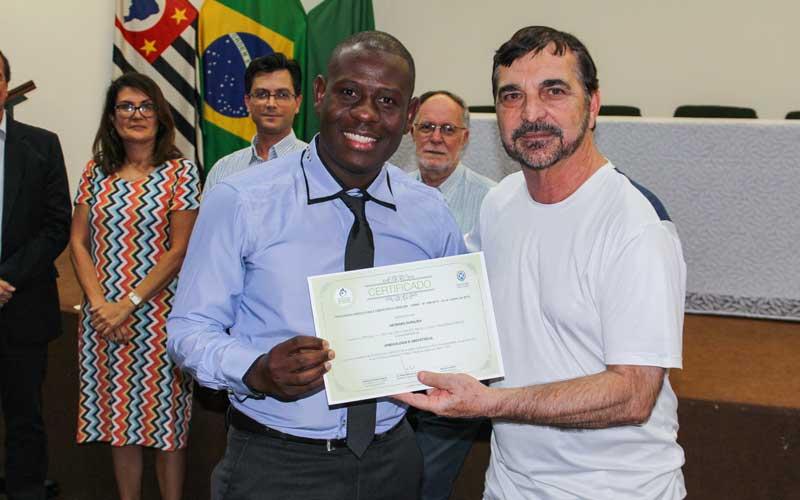 Haitiano vem ao Brasil para estudar, se forma médico, cria ONG e volta para ajudar seu povo