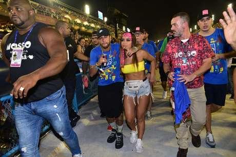 Anitta e Neymar teriam se beijado em camarote no Rio