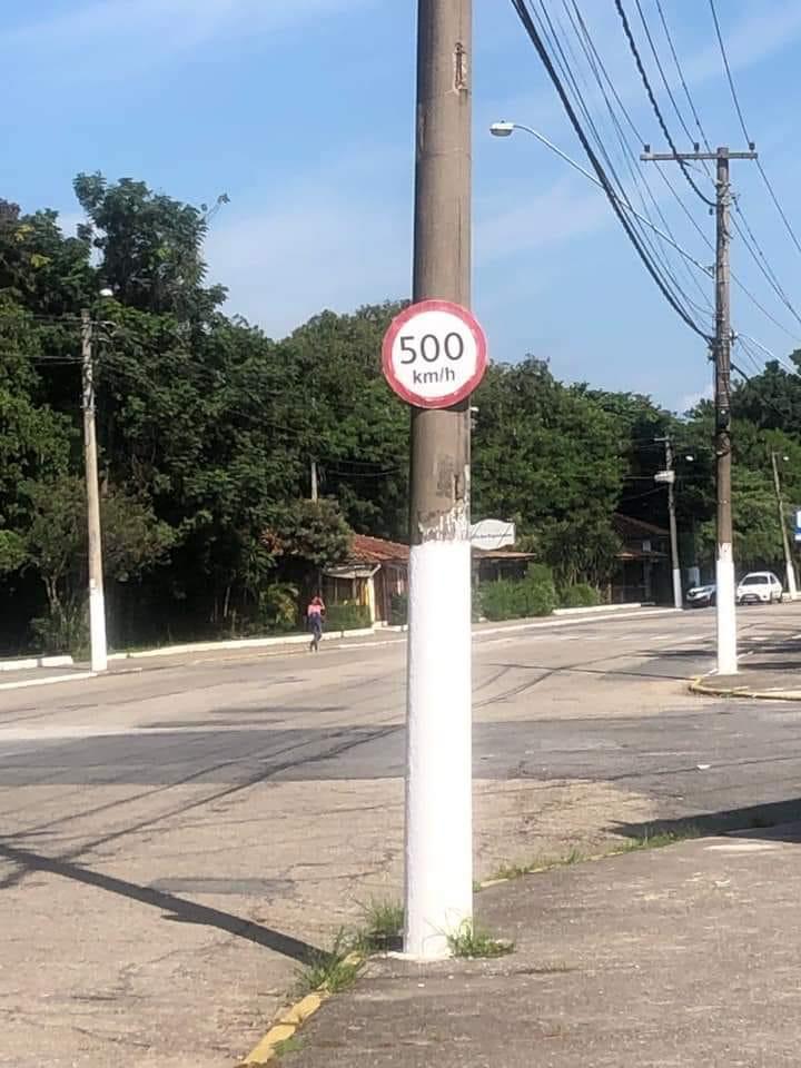 Placa permite limite de velocidade de até 500km/h