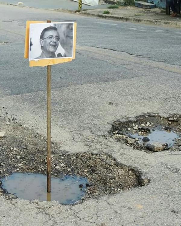 Moradores espalham placas com fotos do prefeito em buracos de rua em Sorocaba