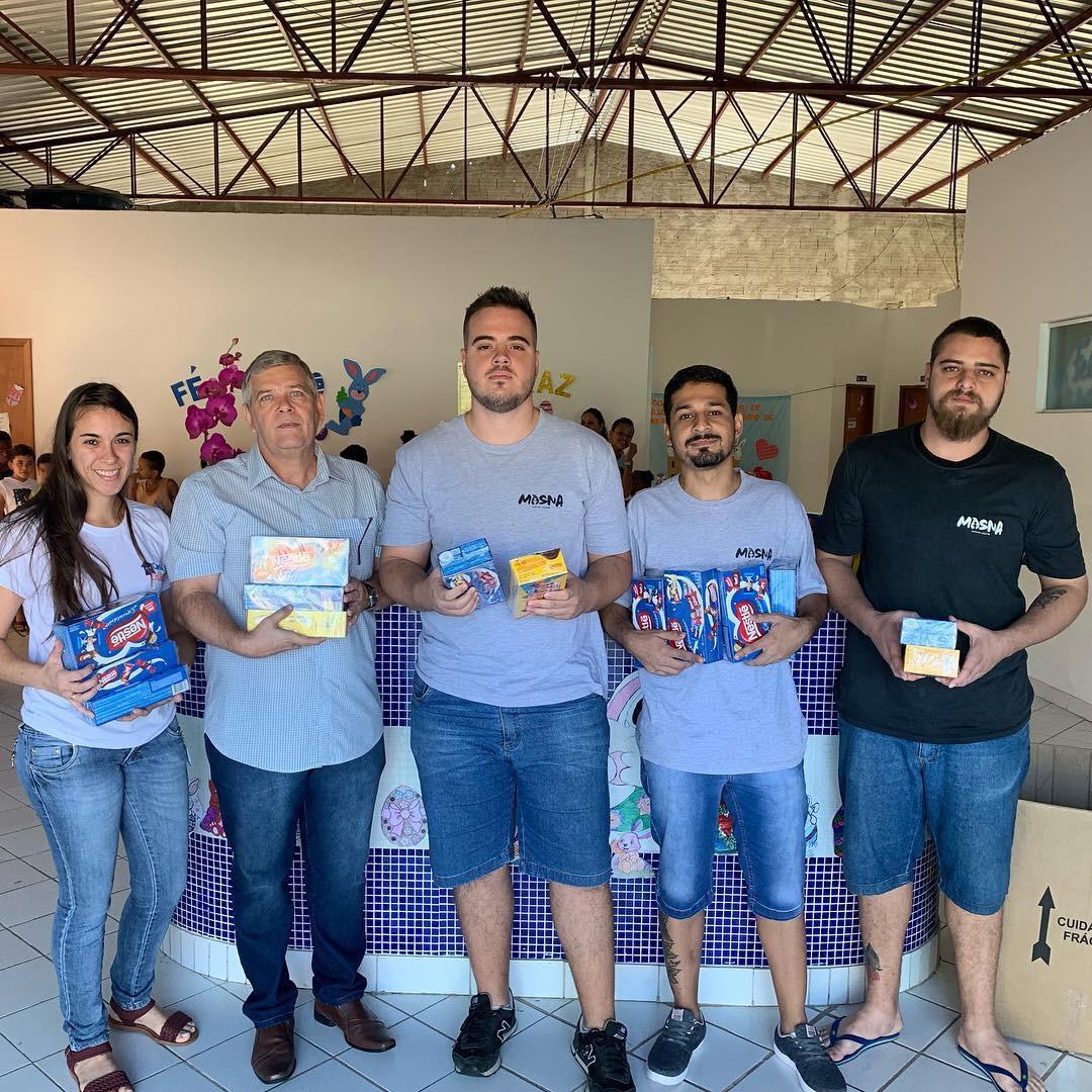 Mosna Tabacaria faz entrega de caixas de bombons para instituições de Capivari
