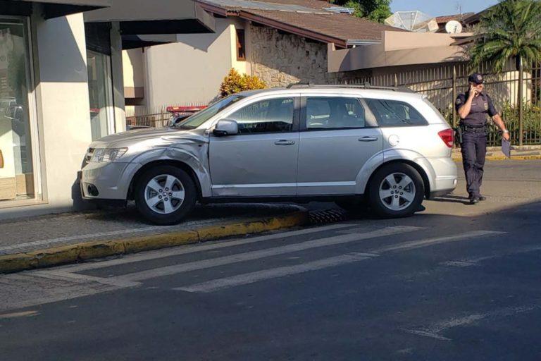 Carro para na calçada após colisão em cruzamento em Capivari