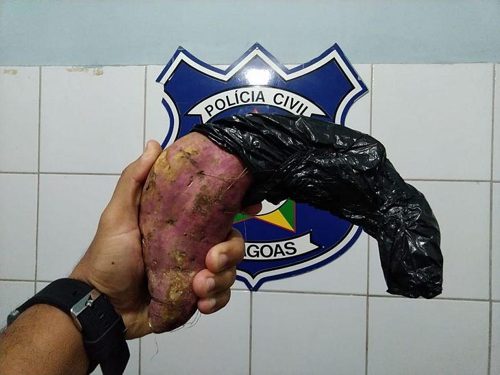 Homem que assaltava usando batata doce como arma é preso em Maceió
