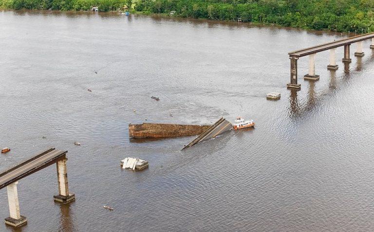 Parte de ponte desaba sobre rio; dois carros caem com acidente