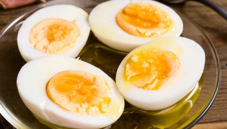 Comer um ovo antes de beber e outro no dia seguinte evita ressaca, diz nutricionista