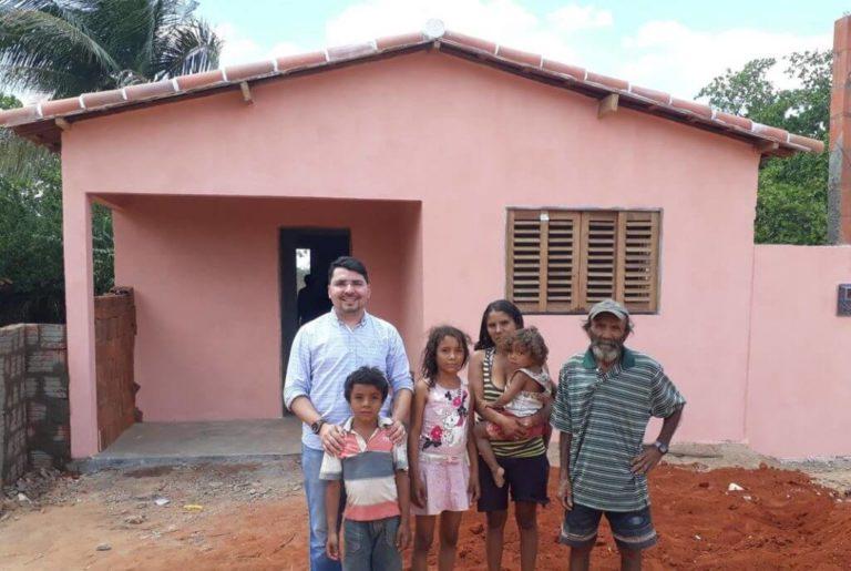 Padre entrega casa feita com dinheiro do dízimo para família carente