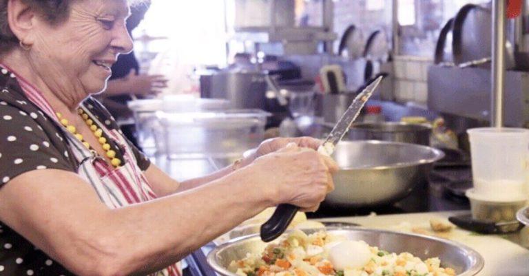 """Restaurante decidiu contratar """"avós"""" e agora tem a melhor comida caseira"""