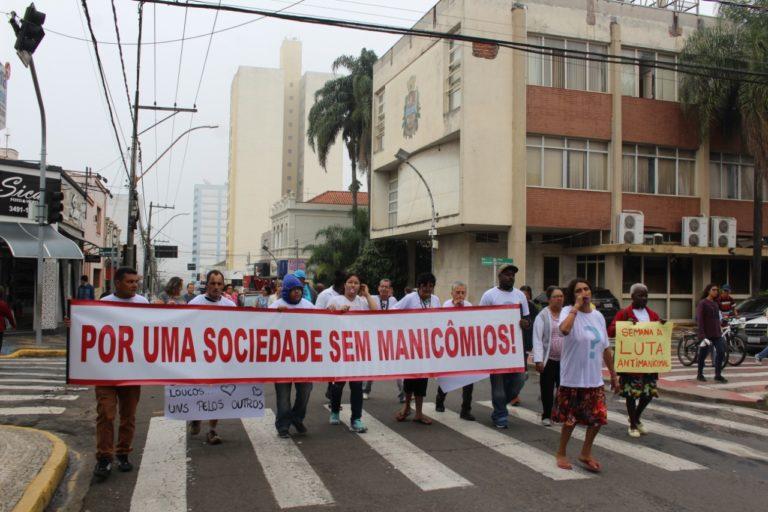Caminhada Antimanicomial percorreu as ruas centrais de Capivari nesta segunda-feira