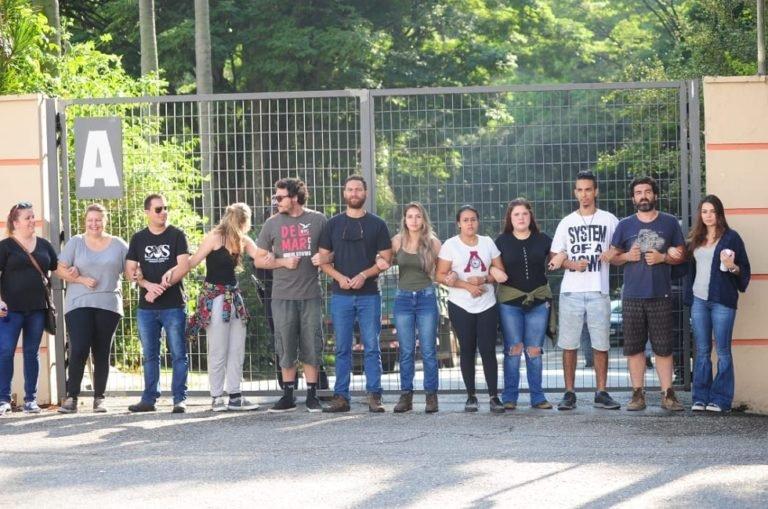 Grupo protesta em frente ao zoo contra a transferência de chimpanzé