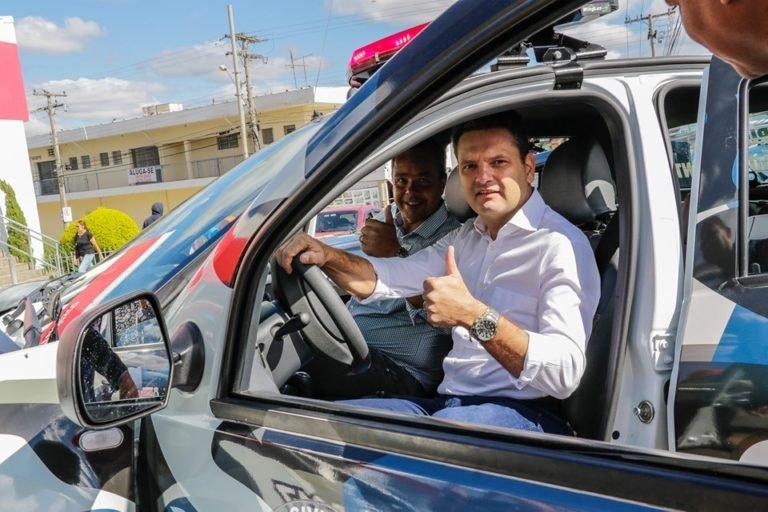 Prefeito Thiago Assis entrega duas novas viaturas para guarda municipal